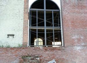 Установка окон в зале Храма